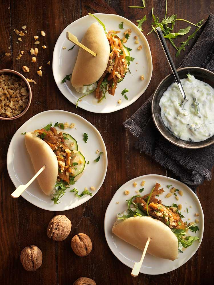 Baos de tempeh, crema agria, pepino y nueces tostadas