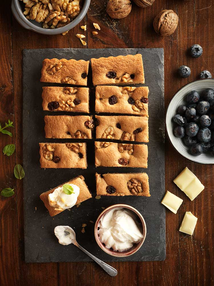 Bocaditos de nueces y chocolate blanco con frutos negros sin gluten