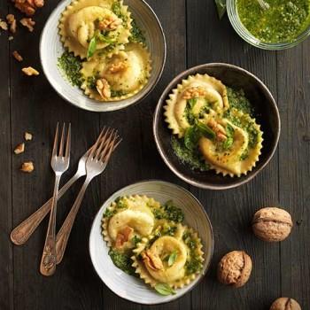Raviolis de mozzarella, albahaca y nueces