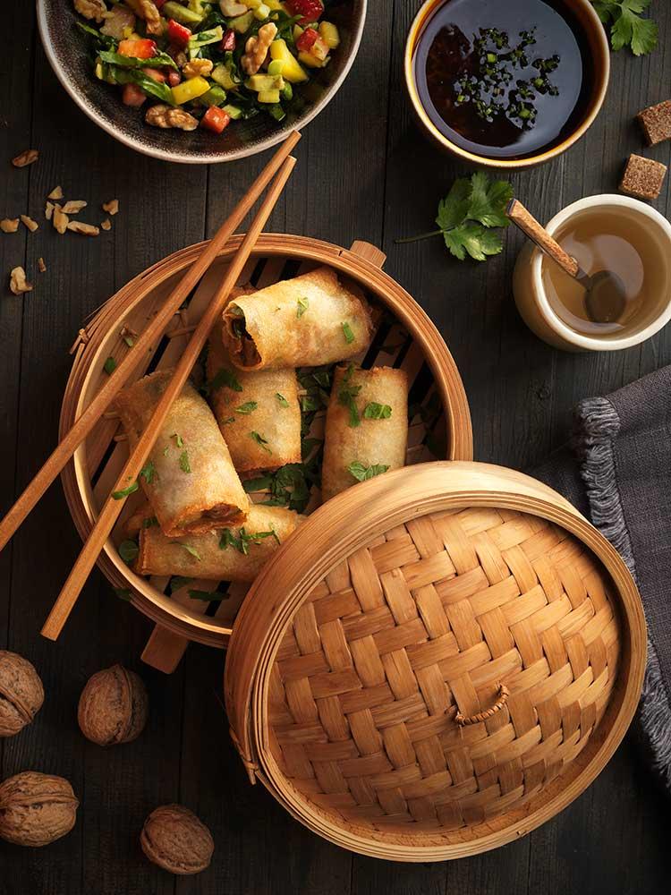 Rolls vietnamitas de espinacas frescas, aguacate, mango y nueces, con teriyaki de jengibre